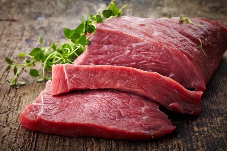 hovězí maso na prkénku